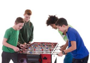 Jugendliche spielen Kicker